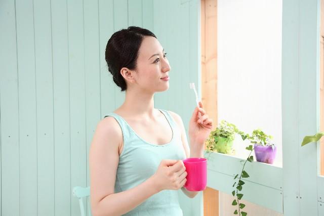 女性が歯を磨く姿