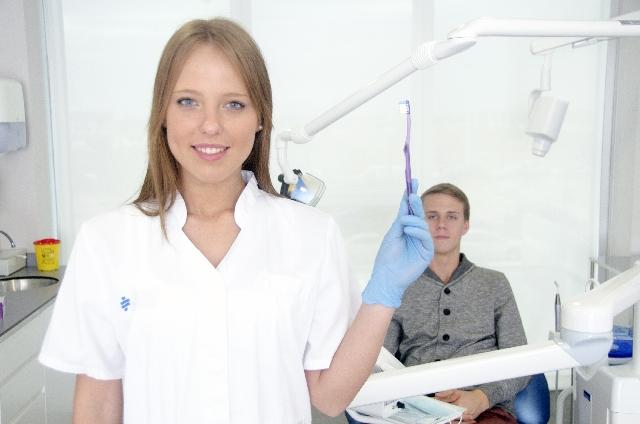 知覚過敏の治療をする女医